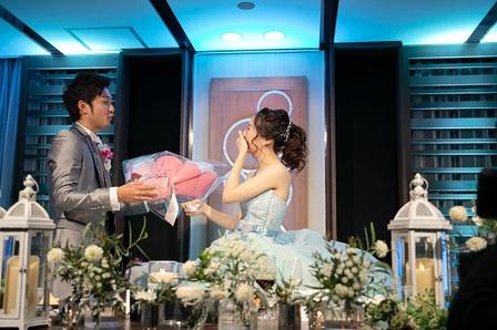披露宴 新郎から新婦へのサプライズ サプライズプロポーズ 花束